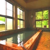 【温泉】内湯(男湯)檜造りの内湯。新緑の時期、窓に映る木々がまるで絵画のようです。