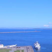 蒼く穏やかな宗谷湾、日本海を眺められます