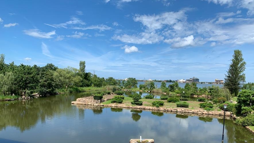 *【庭園レイクビュー和室1Fからの眺望】冬季は暖かいお部屋から白銀に染まったお庭と東郷湖を望めます。