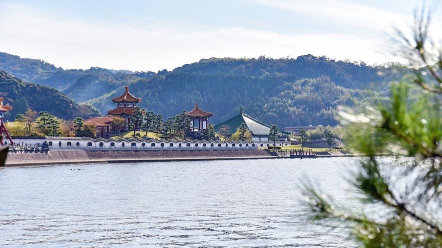 *貸切露天風呂【名月の湯からの眺望】東郷湖ごしの燕趙園を望むことができます。
