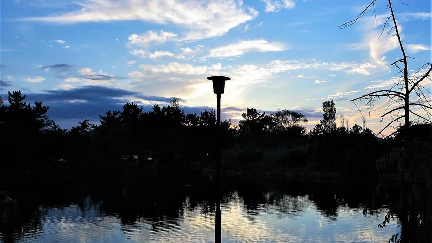【庭園レイクビュー和室1Fからの眺望】冬季は暖かいお部屋から白銀に染まったお庭と東郷湖を望めます。