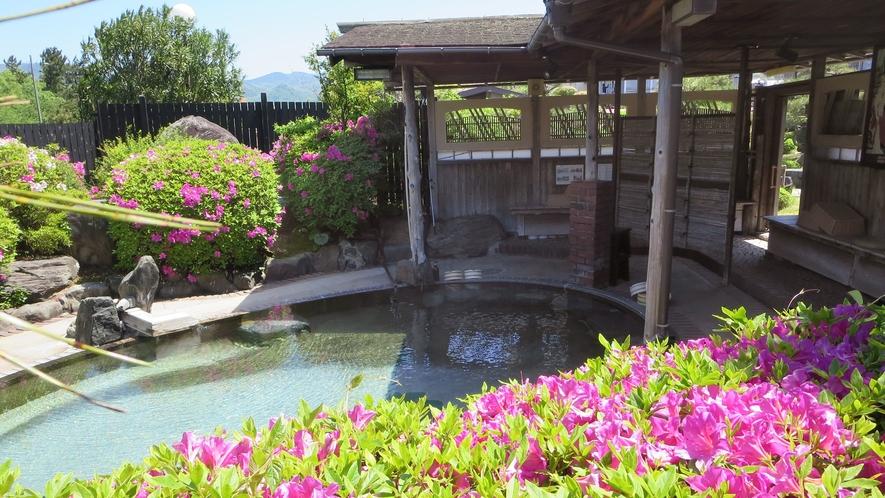 *庭園露天風呂(羽衣の湯・女性)初夏には湯舟から美しいつつじの花見露天をお楽しみいただけます。