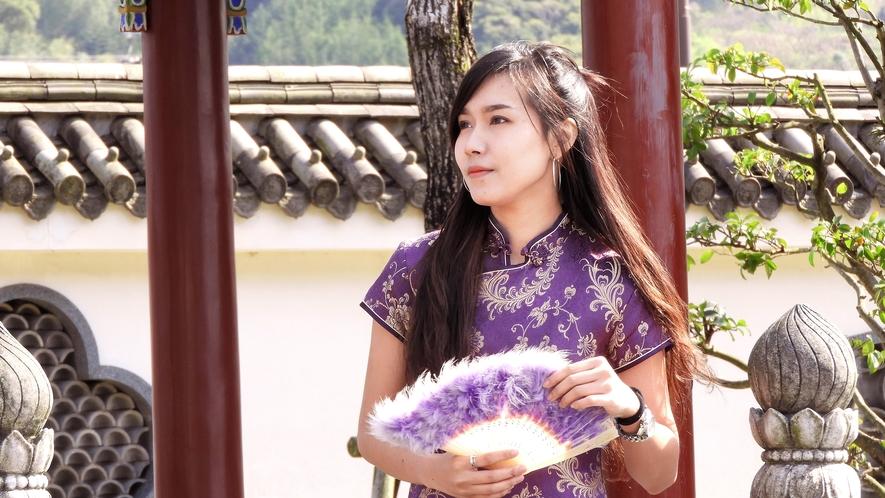 *【燕趙園・チャイナドレスで散策体験】豪華な中華庭園・燕趙園ではチャイナドレスの貸出もございます。