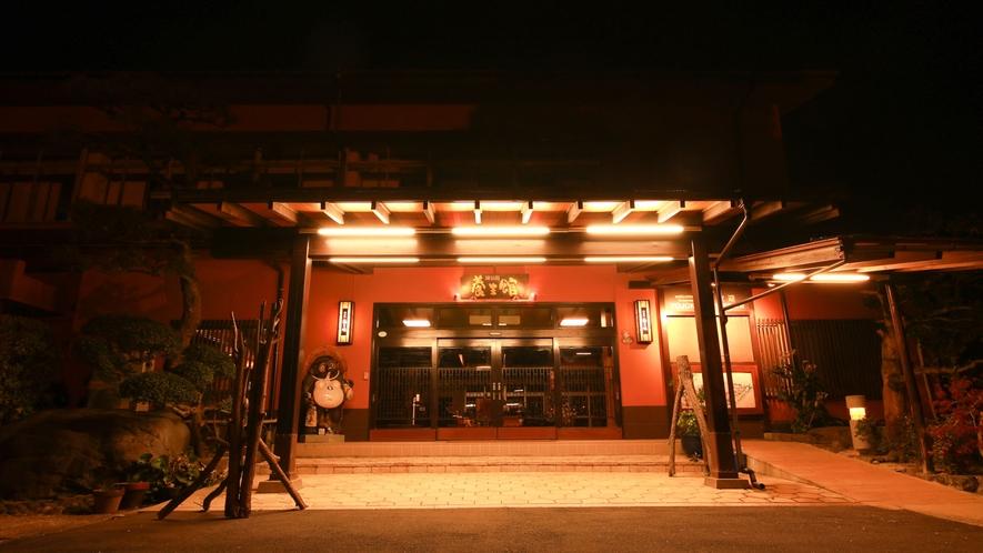 *【エントランス・夜】星空県鳥取で夜間は星をお楽しみいただけるよう敷地の明かりは控えめにしております