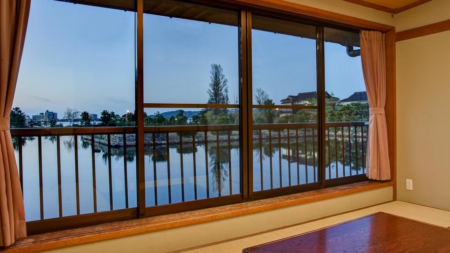*【庭園レイクビュー和室眺望】水面に写りこむ美しい空の色をお部屋からお楽しみいただけます。