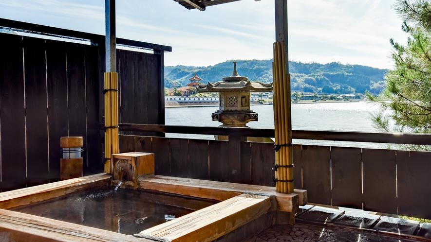 *貸切露天風呂【名月の湯】源泉かけ流し、内湯と東郷湖に面した露天風呂の2つをお楽しみいただけます。
