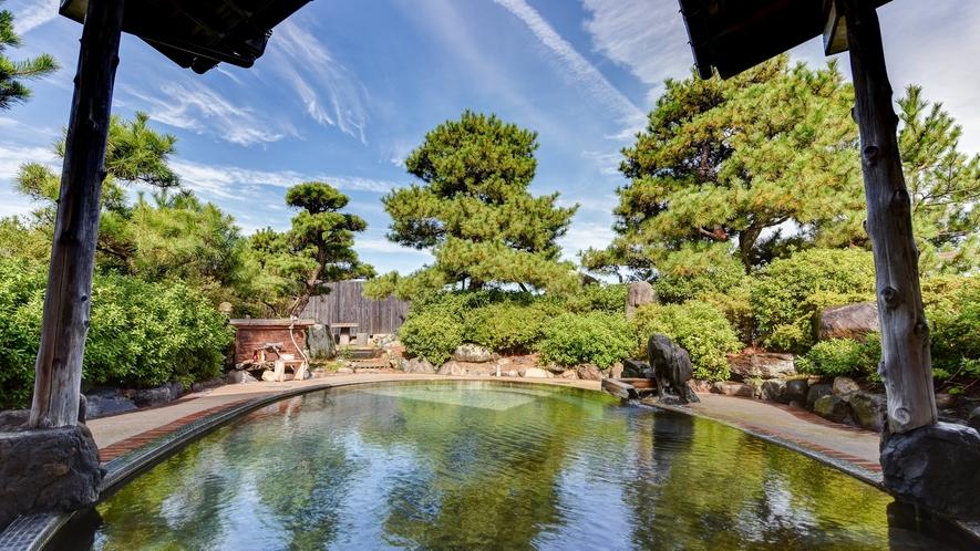 *庭園露天風呂(羽衣の湯・女性)四季の移ろいを楽しむことができる開放的な露天です