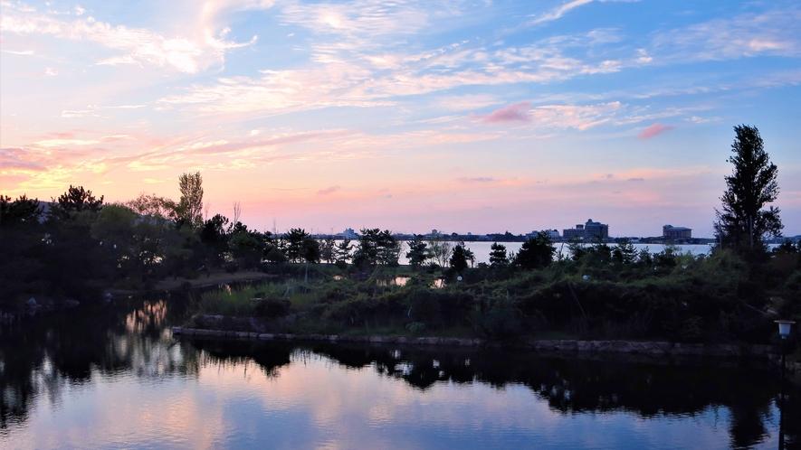 *【レイクビュー和室からの眺望一例】空の描写が美しい映画のような景色をお楽しみいただけます。