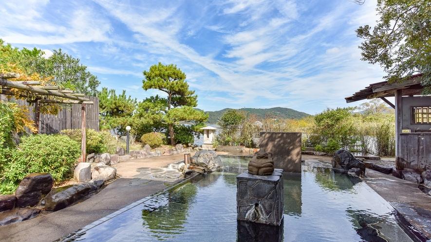 *庭園露天風呂(楽園の湯・男性)四季の移ろいと東郷湖を楽しむことができる開放的な露天です