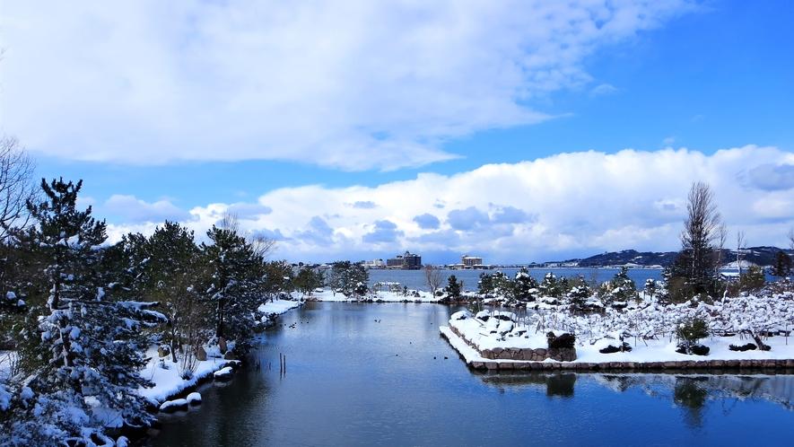 *【レイクビュー和室2Fからの眺望一例】冬季は暖かいお部屋から白銀に染まったお庭と東郷湖を望めます。