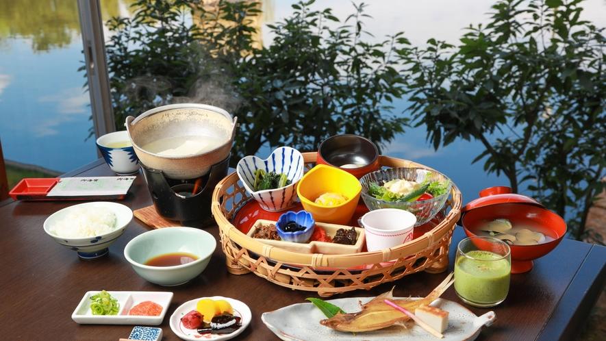 *【ご朝食一例】東郷湖の大ぶりなあさりの味噌汁やご飯のお供は華やかな籠に盛りでご提供いたします。