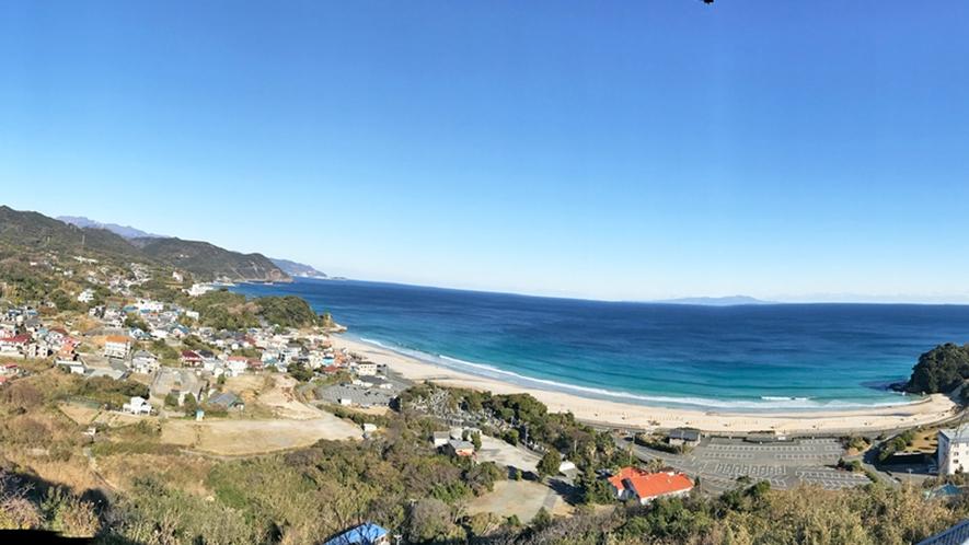 見下ろす白浜の風景