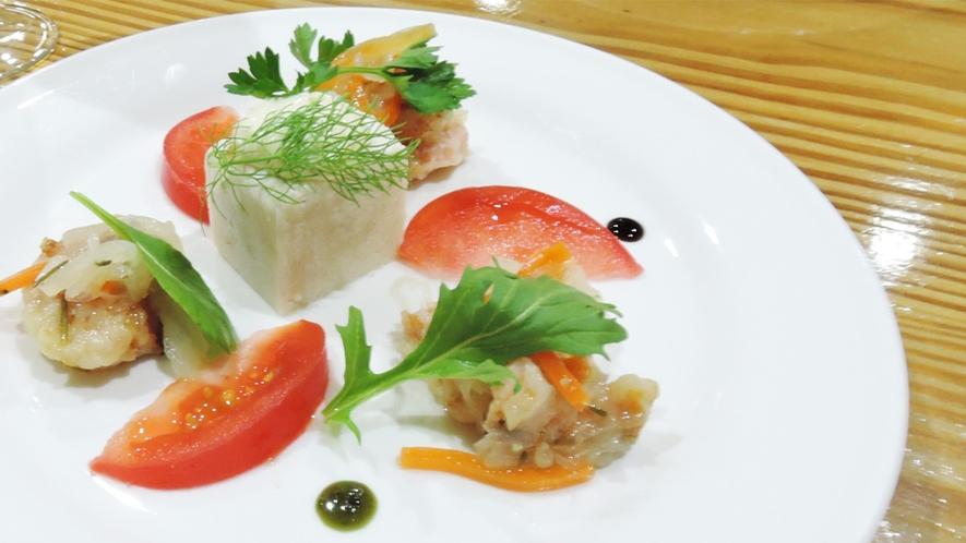 *[夕食一例/前菜]自家菜園や地元の野菜、安全な地場産食材を中心に使っております。