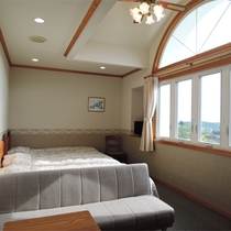 *[トリプルルーム一例]眺望はお庭側または山側となります。