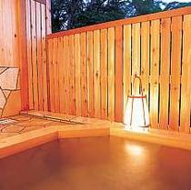 *[貸切風呂/大]ヒノキ造りの露天風呂は木の香りに癒されます。