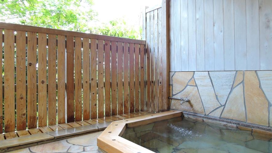 *[貸切風呂/大]露天風呂付き。心地よい風を感じながら温泉浴をお楽しみください。