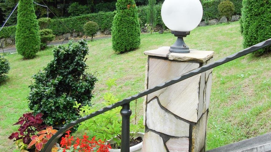 *[お庭]緑が美しい糸杉と季節ごとのお花。美しい庭園に囲まれています。