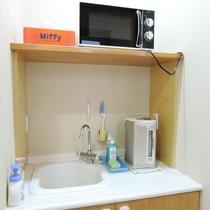 *[調乳コーナー]ミルク用電気ポット、電子レンジ、スポンジ、洗剤完備。