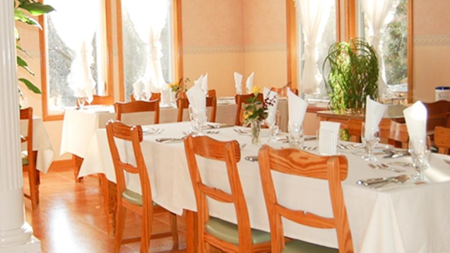 *[ダイニング]優しい印象の無垢の木のテーブルセットで美味しいお料理をお楽しみください。