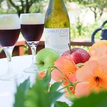 *[お庭]美しいお花に囲まれたお庭でワインはいかがですか?