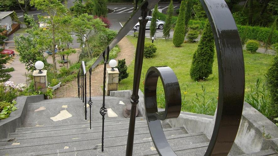 *[お庭]駐車場からは階段のアプローチ。澄んだ空気が心地よい高台にあります。