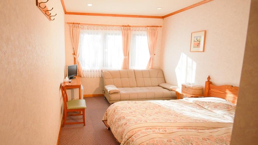 *[ツイン+ソファベッドルーム一例]約16~18平米の洋室。大人3名様まで宿泊が可能。