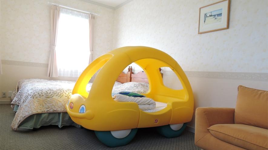 *[ツイン+子供用車型ベッドルーム一例]楽しい夢が見られそうなかわいい子供用ベッド付き。