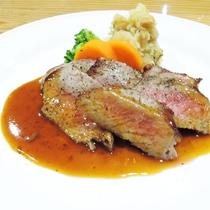 *[夕食一例/肉料理]人気!メイン料理の牛ロースト。シェフ渾身の一品です。
