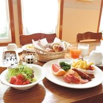 *[朝食一例]朝日の明るいダイニングにてアメリカンブレックファーストをお召し上がり下さい。