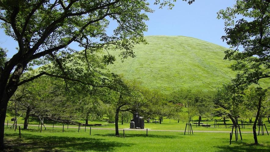 *[大室山/車で7分]お椀をふせたような柔らかな曲線のシルエットが美しい大室山。
