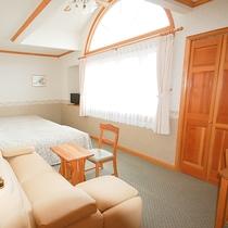 *[トリプルルーム一例]ソファベッド利用で大人4名様までご宿泊可能。