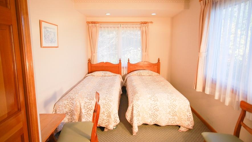 *[ツインルーム一例]シンプルでコンパクトなお部屋。添い寝の小さなお子様連れにお勧めです。