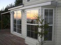 窓に映る夕日