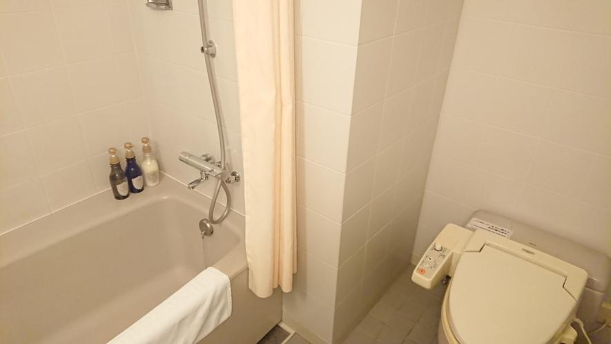 ツインルームのバスルーム ★バスタブは足が伸ばせる大きさです。