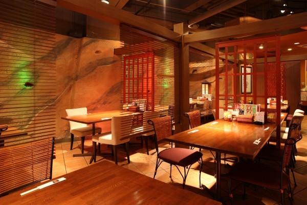 地下1階「餃子屋台」 ゆったりテーブル席