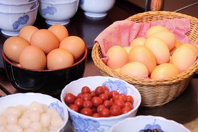 《ご朝食》新鮮な地卵と炊き立てごはんに黄ニラ醤油で、岡山産の卵かけごはんをどうぞ!