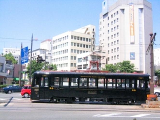 JR岡山駅からは路面電車が便利です!(「城下(しろした)」電停下車すぐ)