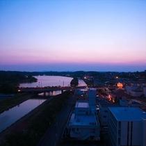 夕日と街明かりに照らされた千波湖は、時が経つにつれシルエットとなり静かに消えていきます。