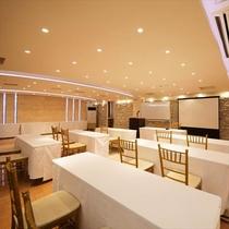 30名様まで収容可能な会議室。マイクやプロジェクター・スクリーンのご用意もございます。※有料