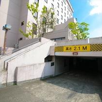 こちらの地下駐車場は高さ2.1mの制限がございます。雨に濡れず安心♪