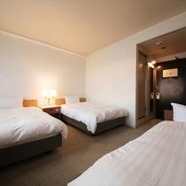 ■トリプル(レイクビュー)21平米■ベッド幅120cmのベッド2台+エキストラベッド1台のお部屋。