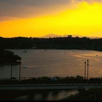 最上階『宿泊者専用フリースペース』から望む夕景は、ずっと見ていたくなる癒しの一時。