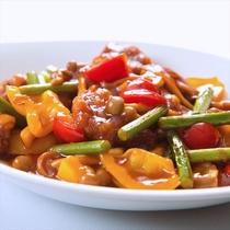 【酢豚】一度揚げた角切り豚を甘酢あんに絡めて野菜と炒めた中華料理を代表する一品