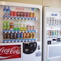 ジュース&アルコールの自動販売機(5F)。一般小売価格で販売しているので◎!