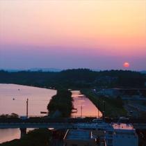 ■客室(レイクビュー)眺望■沈みゆく夕日と空色に染まる千波湖の絶景――