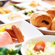 【朝食バイキング】リニューアルされた朝食。新鮮な食材を使った選ぶのが楽しくなるお料理の数々をご用意♪