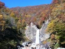 紅葉の苗名の滝
