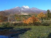 紅葉と冠雪の妙高山