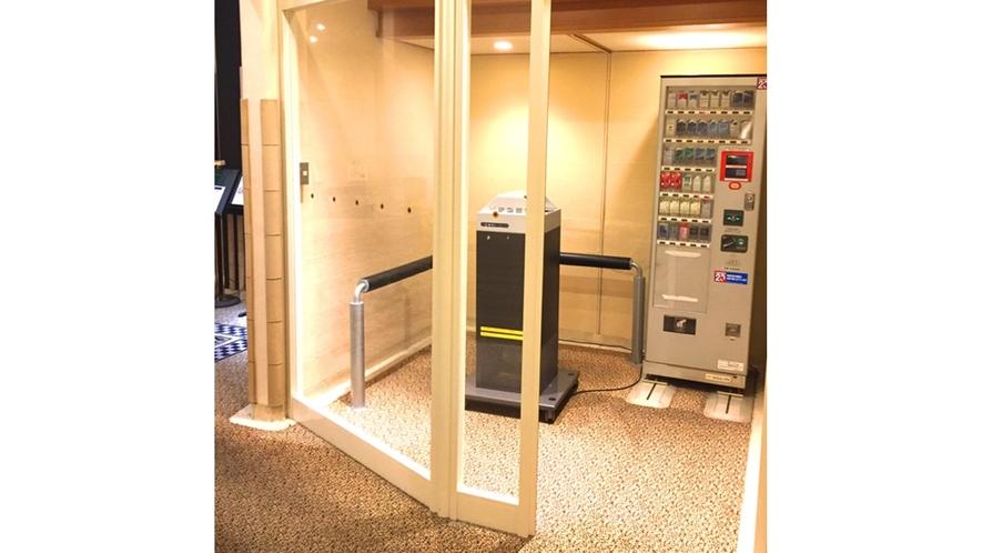1階エレベーターホール横に喫煙スペースがございます