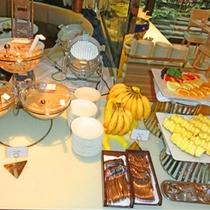 フルーツやシリアルもございます。朝は軽めに済ませたい、、 そんな方にもぴったりですね(朝食ブッフェ)